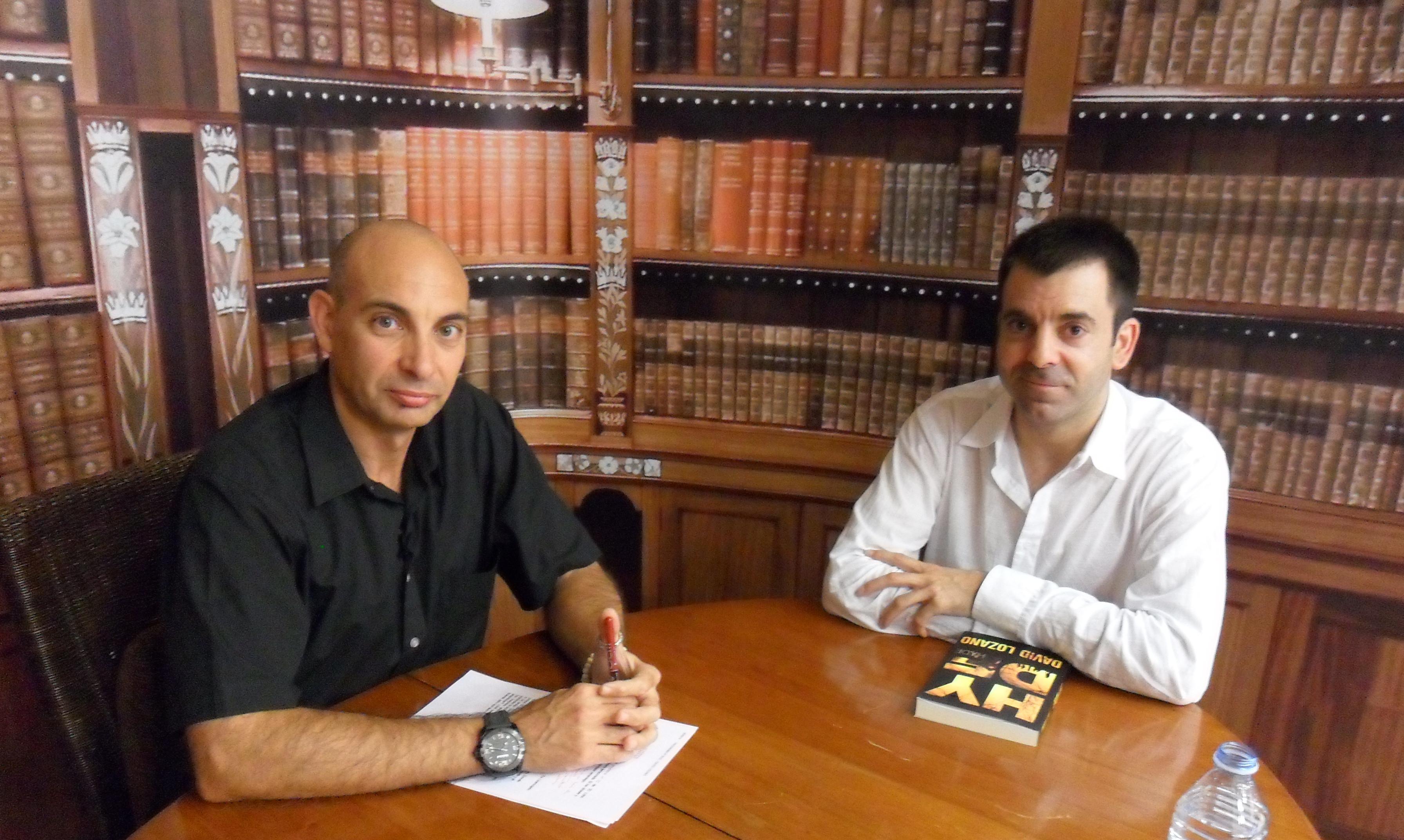 Raúl Tristán (izda.) entrevista a David Lozano (dcha.), escritor, en 'El Lobo Estepario'